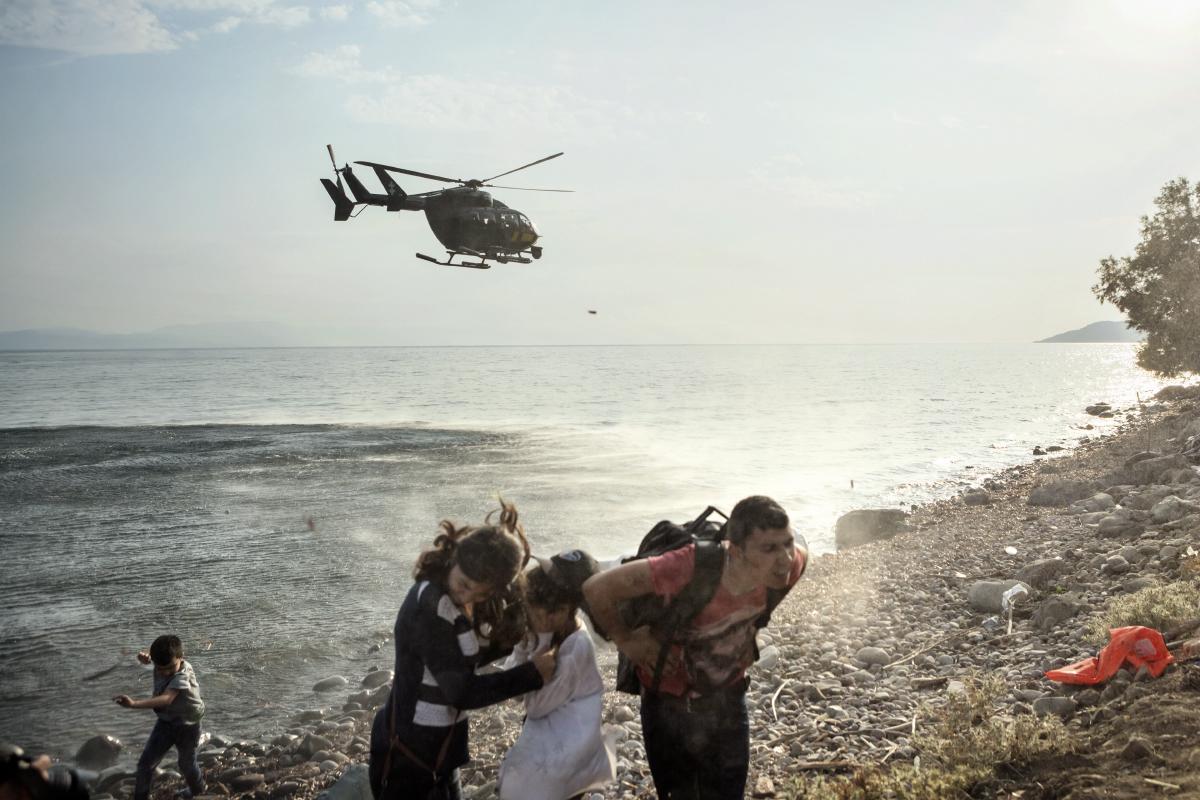 Famiglia di profughi con elicottero
