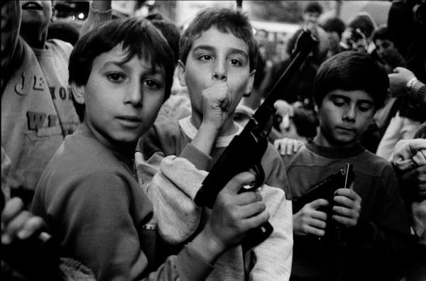Letizia-Battaglia-Maxxi bambini con pistola
