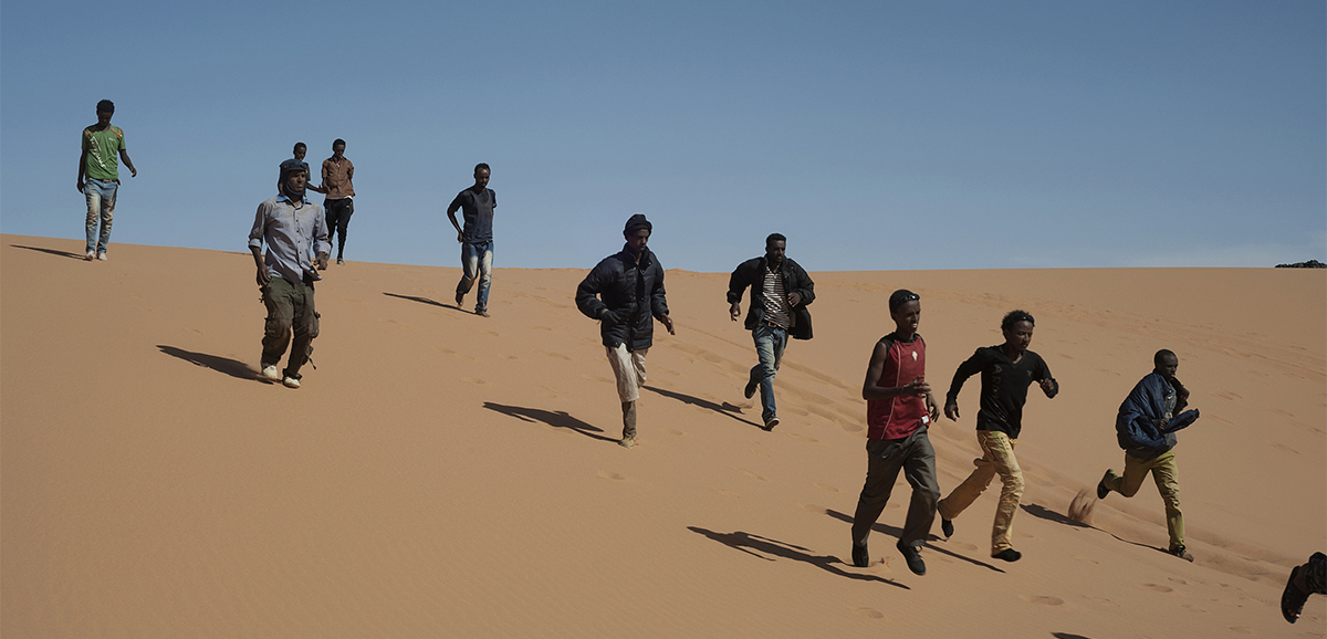 ragazzi che corrono sulle dune del deserto