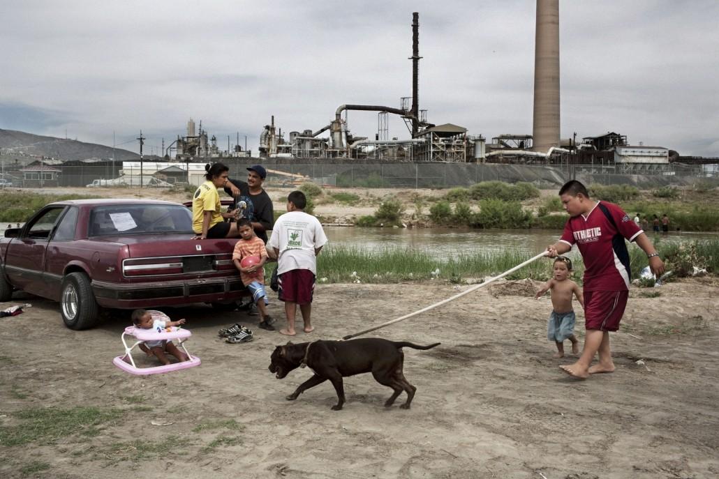 ritratto di famiglia con paesaggio industriale