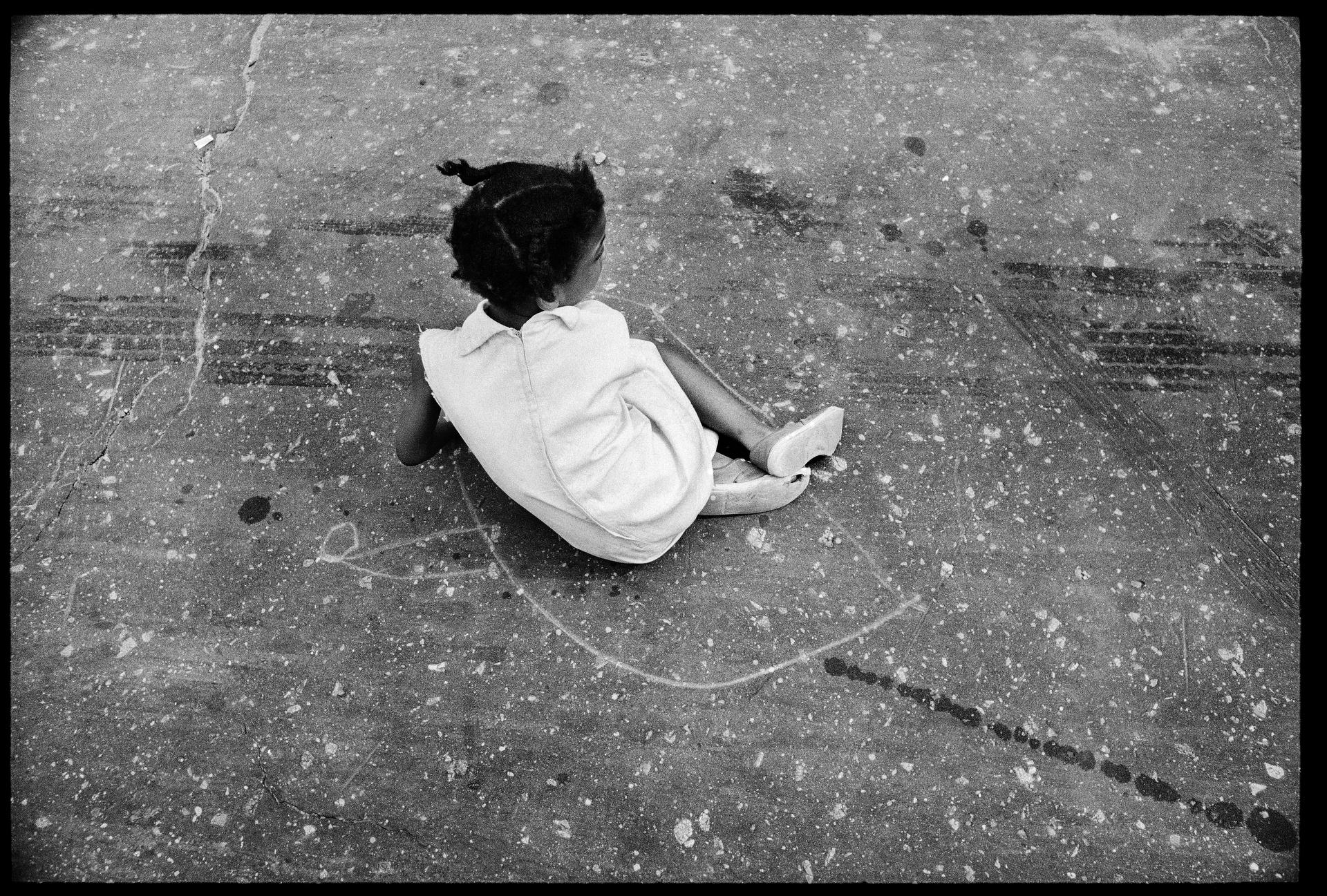 Foto di Harvey, bambina di colore a terra