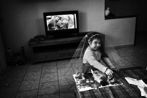 Taranto, novembre 2009. La nipote di Antonello, giovane operaio delle Acciaierie Ilva, gioca vestita da principessa in una casa alla periferia di Taranto.
